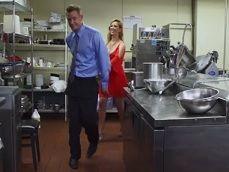 Jefa y cocinero pegando una buena follada, en pleno servicio! - Videos Porno