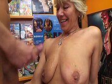 La señora viene al videoclub a comerse una buena polla - Videos Porno