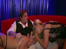 Las dos strippers le hacen un servicio completo a este cliente - Videos Porno