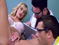 Ryan Conner recibe una inspección de estos dos doctores - Actrices Porno