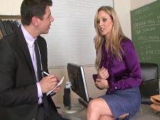 La directora Julia Ann follando con uno de los profesores más jóvenes.. - Videos Porno