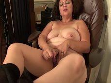 Esta mujer madura se masturba cachonda en la silla del despacho - Masturbaciones