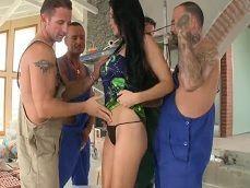 Los obreros le meten una buena follada a la señora de la casa - Toro Porno