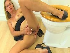 En el lavabo si que se puede masturbar a gusto esta señora.. - Masturbaciones