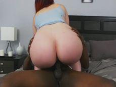 Menudo culo tiene la señora, el negro se lo parte en dos !! - Interracial