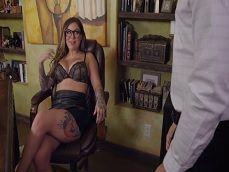 Como se queda la secretaria en ropa interior en su despacho? - Videos Porno