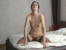 Cachonda de coño peludo se masturba en la cama - Masturbaciones