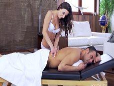 La masajista me toca el cuerpo y me hace un beso negro.. - XXX
