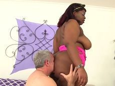 El abuelo putero se folla a una negra con un culazo enorme - Negras