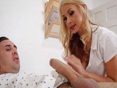 La enfermera no ha visto en la vida una polla así de un paciente - Sexo Gratis
