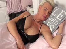 La señora se ha quedado dormida, está muy sexy para sus años - Amas De Casa