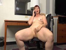 Habla con su marido mientras se masturba ese coñazo.. - Amas De Casa