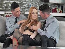 Recibe la visita de sus dos hijos, verás lo que le hacen.. - Videos Porno