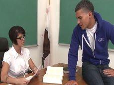 La profesora Shay Fox se va follando a sus alumnos jóvenes - Zorras