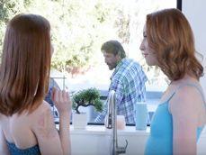 Madre e hija invitan al jardinero a entrar para follárselo - XXX