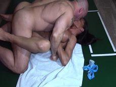 Pareja de musculados pegando una follada en el suelo - Amateur