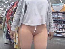 Cameltoe en un centro comercial con unos leggins color carne - Cameltoe