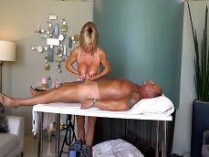 Su mujer tetona es masajista, como masajea su polla joder.. - Tetonas