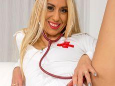 La enfermera rubia del turno de noche se hace unos dedos flipantes - Fotos Porno