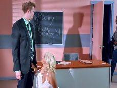Pide a los alumnos que se vayan porque se folla a la profesora - Actrices Porno