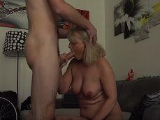 La vieja se la acaba mamando al chaval joven del seguro - Videos Porno