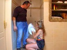 El fontanero se ha manchado todo el pantalon de agua: qué pollón! - Amas De Casa