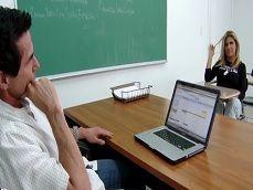Tanto zorrear a este profesor, acabará aprobando el curso - HD