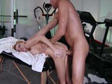 El masajista se la mete entera a la señora, que folladon !!
