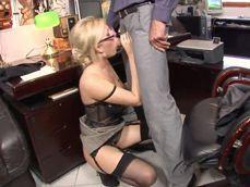 El jefe la pilla mirando porno en horario de oficina ... qué zorra! - Secretarias