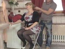 Jubilada cachonda se folla al novio peluquero de su hija ... - Abuelas