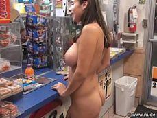 Se atreve a entrar desnuda a un supermercado para hacer la compra - Mujeres Desnudas