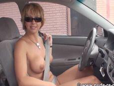 Madura exhibicionista conduciendo desnuda a plena luz del dia - Mujeres Desnudas