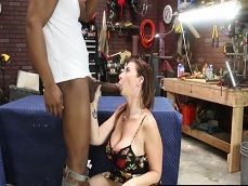 Sara Jay paga la reparación con una mamada y con sexo! - Interracial