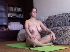 Madura amateur desnuda de tetas gordas haciendo yoga en casa - Mujeres Desnudas