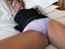 Su mujer dormida marcando coño y el con ganas de follar ... - Cameltoe