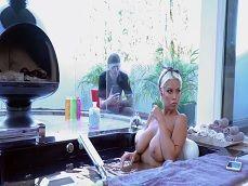 El jardinero ve a la señora de la casa mientras se da un baño.. - Videos Porno