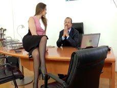 La nueva secretaria sabe cómo poner bien cachondo al jefe - Secretarias