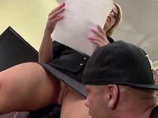 La profesora tira papeles para que le vea todo el coño.. - Youporn