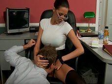 Mi trabajador apenas trabaja!! Le obligo a comerme el coño!! - HD