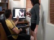 El novio de mi hija me pilla los videos porno de mi ordenador - Zorras