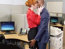 Ayuda a integrarse al nuevo empleado de la oficina: qué morbo! - Interracial