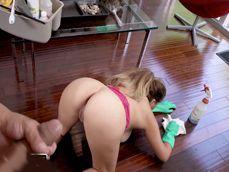 Le da mas dinero a la criada latina porque limpie la casa desnuda - Tetonas