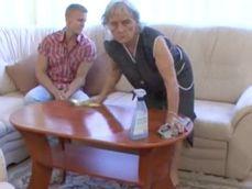 La abuela que limpia en su casa es una caliente señora de 60 - Abuelas