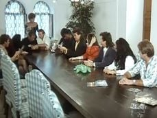 Perversión y sexo en grupo en una reunión de amigos - Porno Clásico