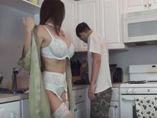 Ama de casa cachonda le enseña su lenceria al fontanero - Amas De Casa