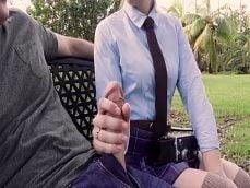 Una desconocida se pone a tocarme la polla en el parque.. - Pajas