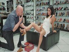 El vendedor de zapatos se folla a esta morena llamada Monica Asis - Mamadas