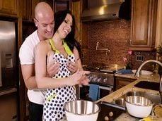 Es ver a mi mujer cocinar y me pongo muy cachondo joder.. - Actrices Porno