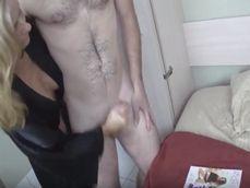Pilla a su sobrino haciéndose una paja mirando revistas porno - Pajas