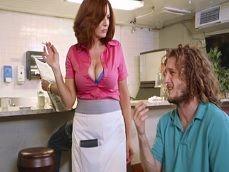 La camarera se siente atraída por el cliente y acaban follando.. - HD
